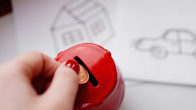 Pojęcie oszczędzania pieniędzy. oszczędność pieniędzy na zakup wymarzonego samochodu i domu. aby zaoszczędzić na naprawach samochodów