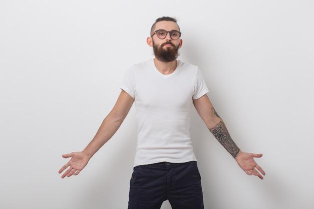 Pojęcie piękna, mody i ludzi - portret mężczyzny hipster z brodą na białej powierzchni