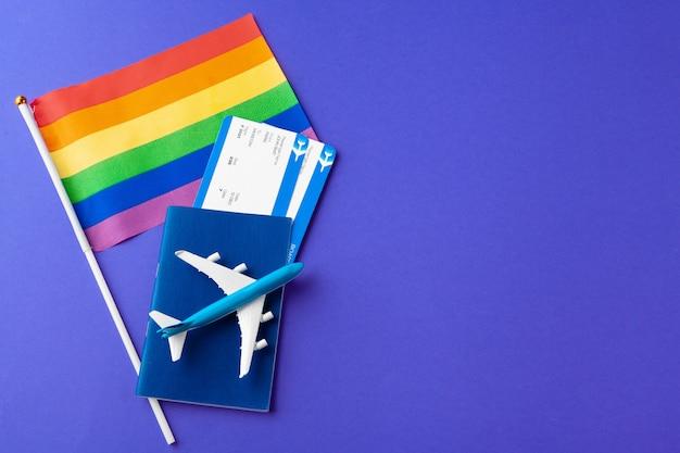 Pojęcie podróży dla gejów i lesbijek. paszport, samolot zabawka i flaga gejów