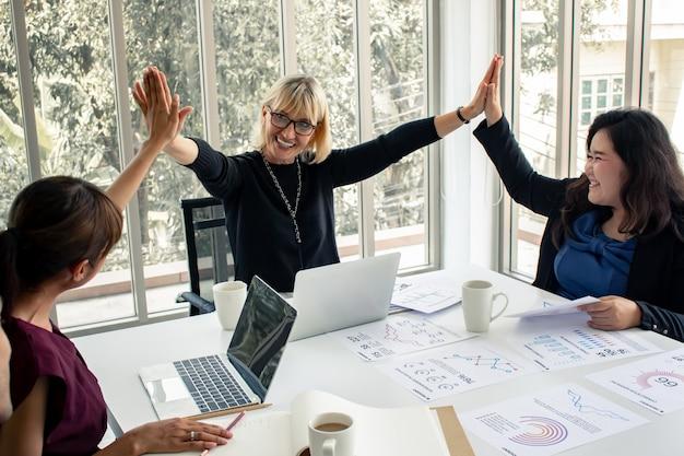 Pojęcie pracy zespołowej kobiet biznesu.