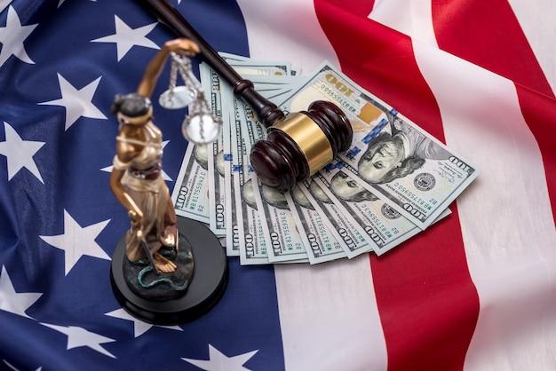 Pojęcie prawa - femida, dolar, młotek i flaga