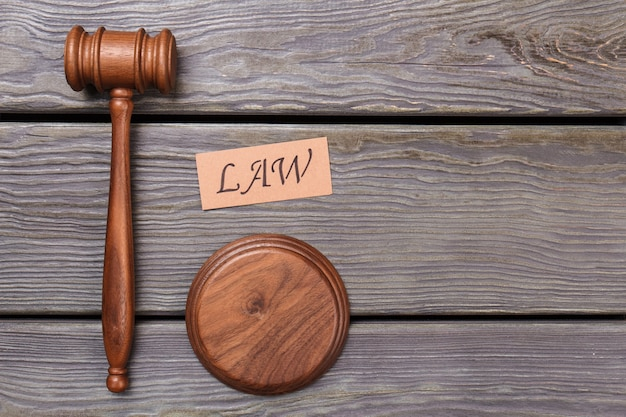 Pojęcie prawa i sprawiedliwości. drewniany młotek i blok dźwiękowy.