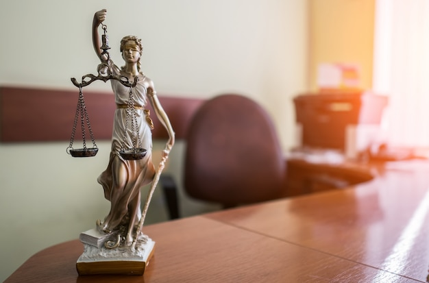 Pojęcie prawa i sprawiedliwości. młotek sędziego, książki, waga sprawiedliwości. motyw sali sądowej.