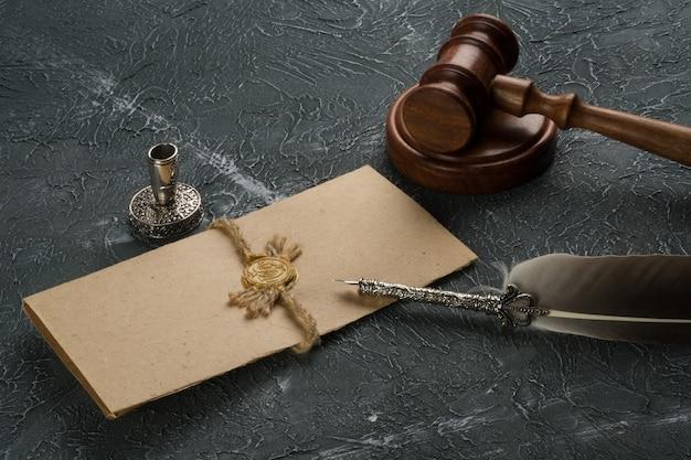 Pojęcie prawa z pieczęcią na sali sądowej