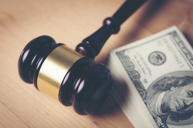 Pojęcie prawnego gavel sąd na różne gotówki, zamknij w górę.