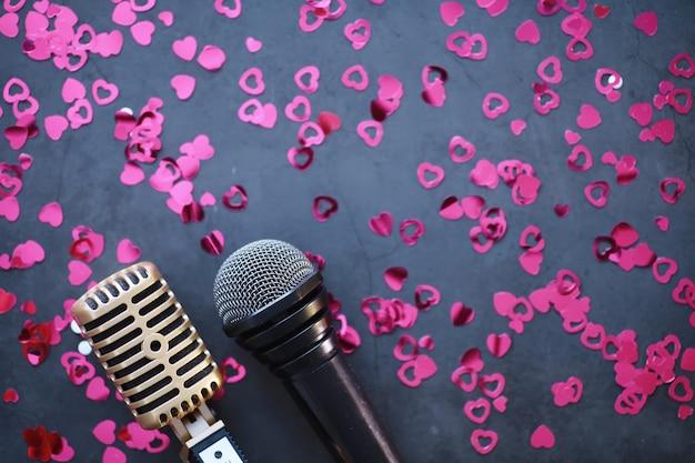 Pojęcie prezentacji medialnych. retro mikrofon w tle. plakat koncertowy i pokazowy. okładka albumu muzycznego.
