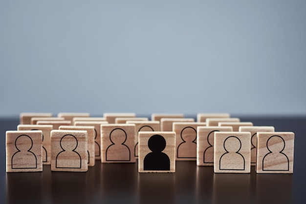 Pojęcie rasizmu i nieporozumień między ludźmi, uprzedzeń i dyskryminacji. drewniany klocek z postaciami białych ludzi i jeden z czarnym mężczyzną