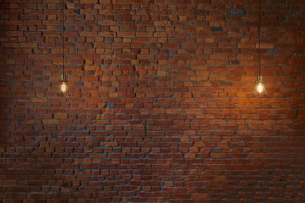 Pojęcie rocznika żarówki na ściana z cegieł, kopii przestrzeń dla teksta