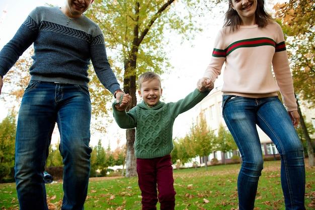 Pojęcie rodziny, dzieciństwa, pory roku i ludzi, szczęśliwa rodzina