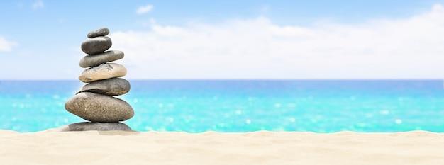 Pojęcie równowagi i harmonii. skały na wybrzeżu morza w naturze.