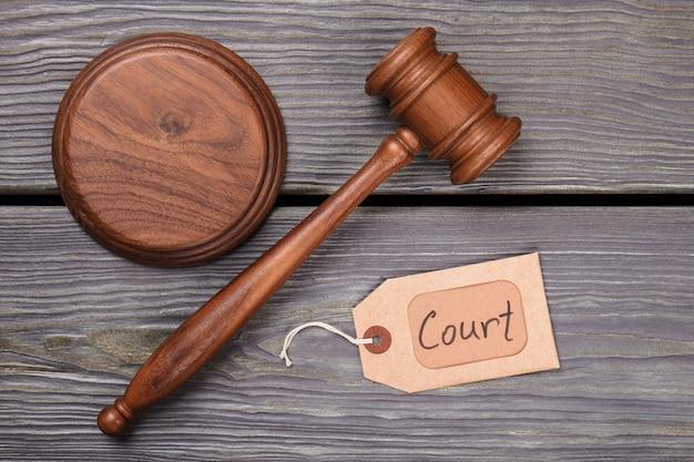Pojęcie sądu i prawa. drewniany młotek i pamiętnik na drewnianym tle.