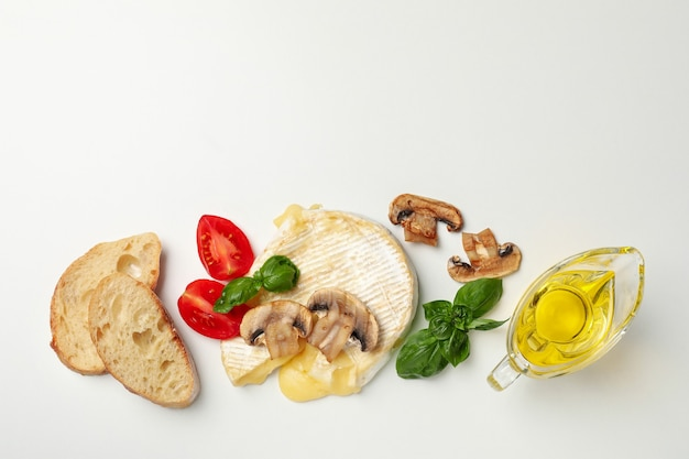 Pojęcie smaczne jedzenie z grillowanym serem camembert na białym tle.