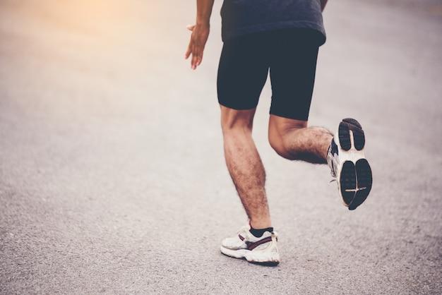 Pojęcie sportu, zamknij człowieka z biegaczem na ulicy