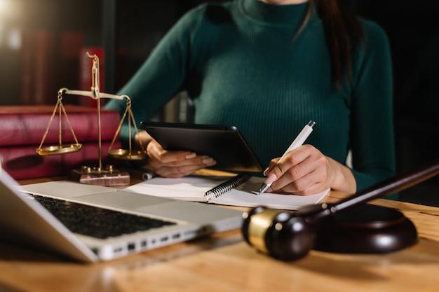 Pojęcie sprawiedliwości i prawa. sędzia męski w sali sądowej na drewnianym stole i doradca lub prawnik mężczyzna pracujący w biurze. pojęcie prawa, porady i sprawiedliwości.