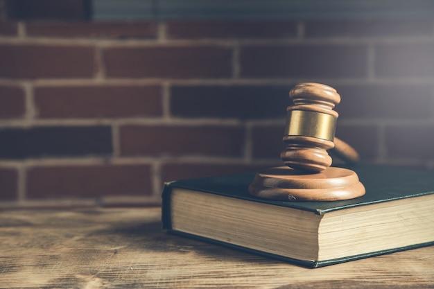 Pojęcie sprawiedliwości i prawa sędziowie młotek i książka prawa na stole