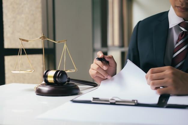Pojęcie sprawiedliwości i prawa.