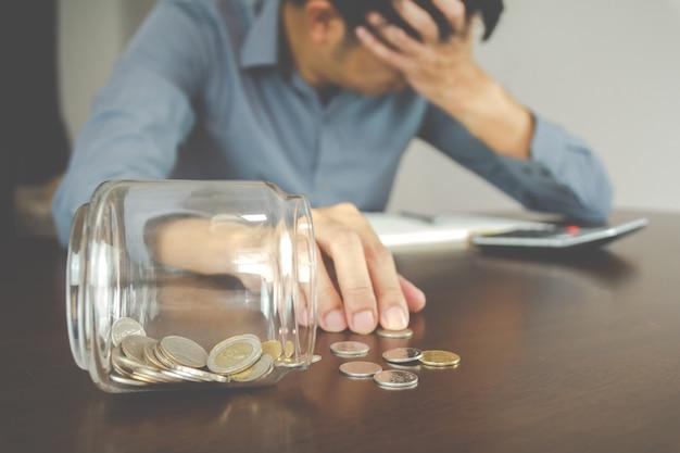 Pojęcie straty biznesowej. oszczędność pieniędzy zepsuta. bussisman jest zdesperowany i zardzewiały depresyjny, ponieważ nie może zarządzać swoimi pieniędzmi.