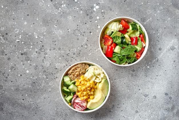 Pojęcie street food, jedzenie na wynos. tradycyjna oryginalna sałatka z awokado, pomidorów, ogórków, dostawa jedzenia.