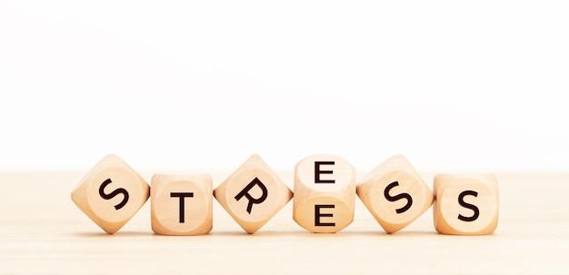 Pojęcie stresu. drewniane klocki ze słowem na stole.