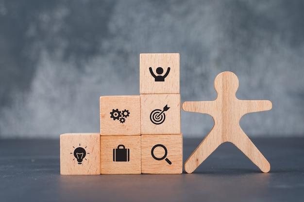 Pojęcie sukcesu i celu. z drewnianym człowiekiem i klockami.