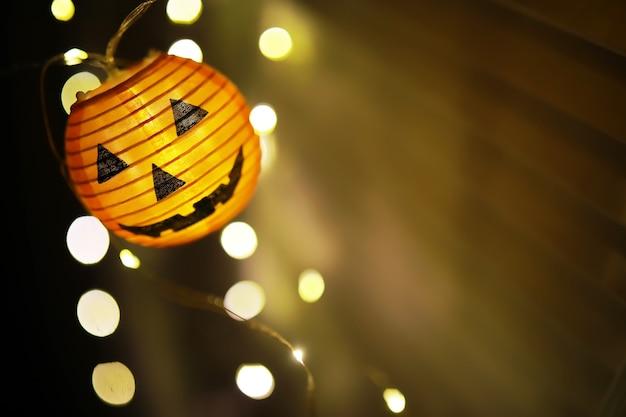 Pojęcie światła w nocy kształt lampy halloween.round z dyni używany do dekoracji z bokeh i miejsca kopiowania tekstu.