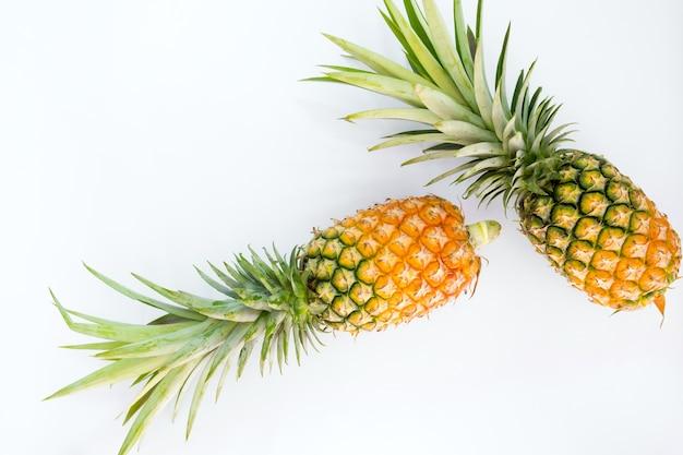 Pojęcie tropikalnych owoców. ananasy isolasted na wihte tle