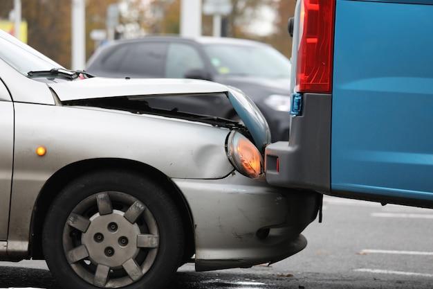 Pojęcie ubezpieczenia samochodu. uszkodzenie dwóch samochodów na drodze