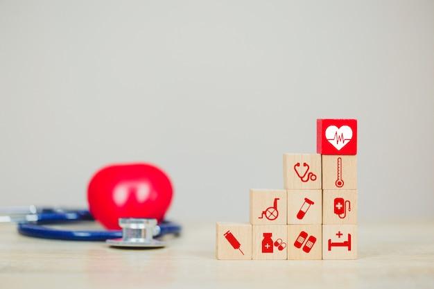 Pojęcie ubezpieczenia zdrowotnego, ręczne układanie bloków drewnianych układania ikoną opieki zdrowotnej medycznych.