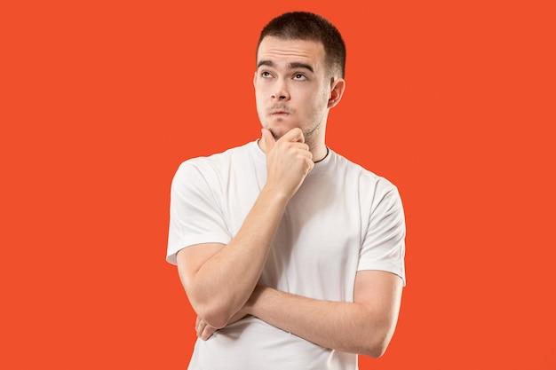 Pojęcie wątpliwości. wątpliwy, zamyślony mężczyzna coś sobie przypomina. młody człowiek emocjonalny. ludzkie emocje, koncepcja wyrazu twarzy.