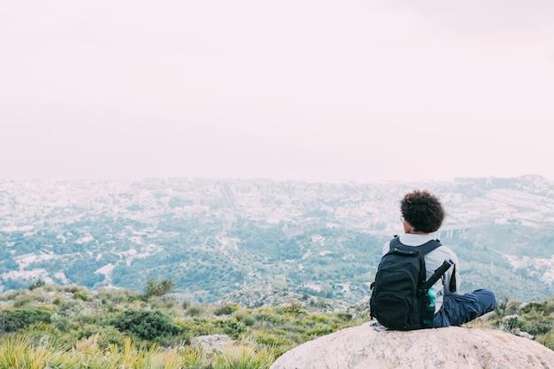 Pojęcie wolności z wycieczkowiczem na górze