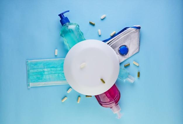 Pojęcie wybuchu koronawirusa covid-19, jak chronić się przed infekcją. umyj ręce, noś maskę, pigułki, środek dezynfekujący do rąk, żel.