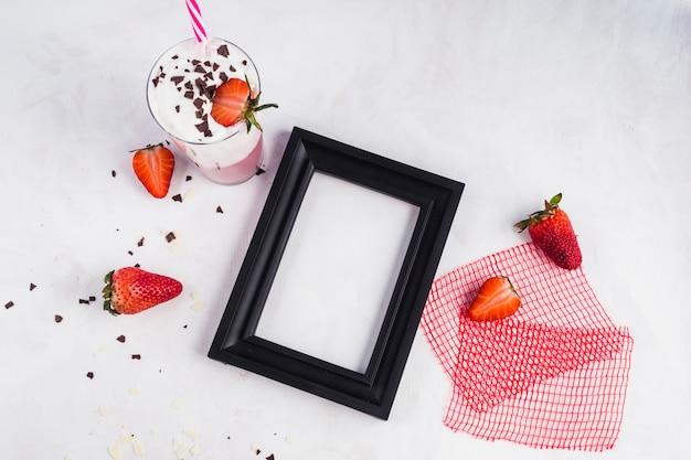 Pojęcie wyśmienicie truskawkowy smoothie