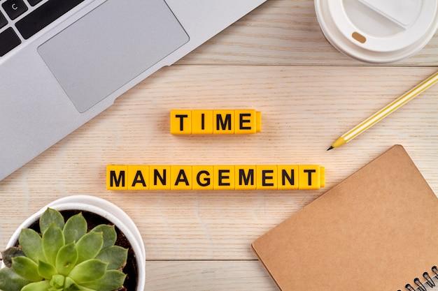 Pojęcie zarządzania czasem. planowanie zadań i ustalanie priorytetów produktywności. pulpit z narzędziami do pracy w tle.