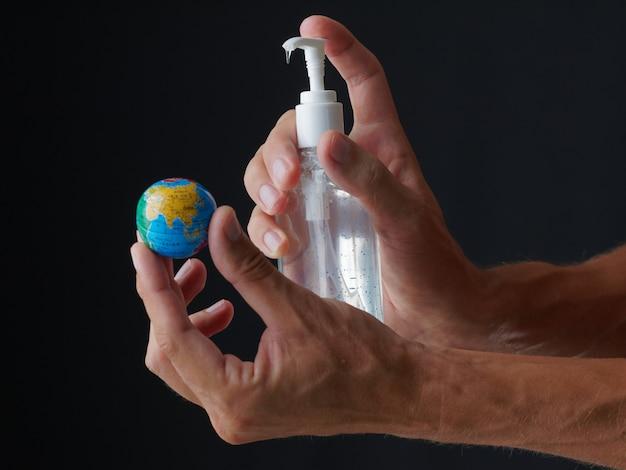 Pojęcie. zdezynfekuj świat przed wirusem za pomocą żelu dezynfekującego.