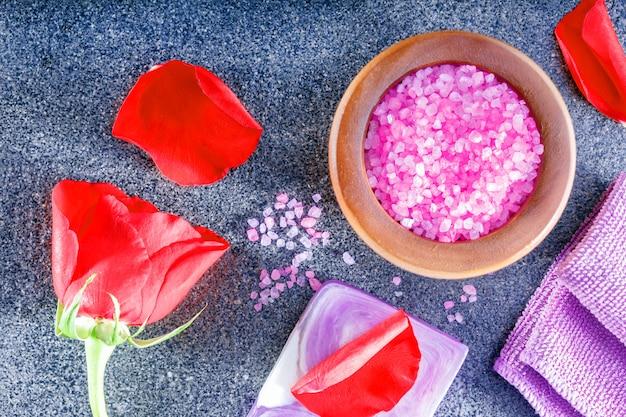 Pojęcie zdrowego stylu życia z aromatycznymi mydłami i solą morską.