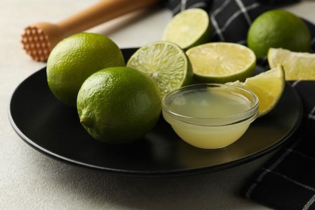 Pojęcie zdrowej żywności z dojrzałymi limonkami na białym tle z teksturą