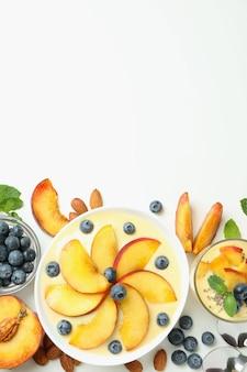 Pojęcie zdrowej żywności z jogurtem brzoskwiniowym i składnikami na białym tle