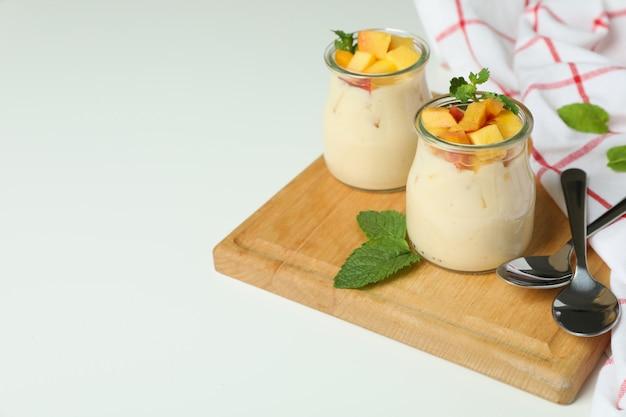 Pojęcie zdrowej żywności z jogurtem brzoskwiniowym na białym tle