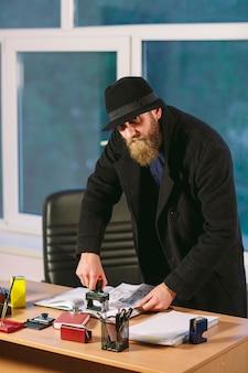 Pojęcie. złodziej kradnie w biurze. szpieg w biurze.