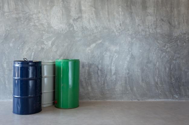Pojedyncza beczka olejowa na ścianie gołego cementu