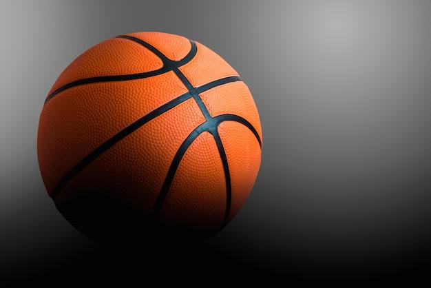 Pojedyncza koszykówka na czarny i biały tle