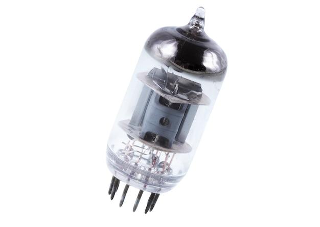 Pojedyncza próżniowa lampa elektronowa. pojedynczo na białym.