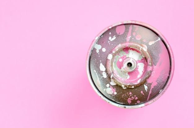 Pojedyncza puszka na spray do rysowania graffiti leży na różowo