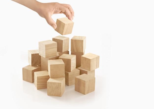 Pojedyncza ręka bawić się drewnianego pudełko na odosobnionym.