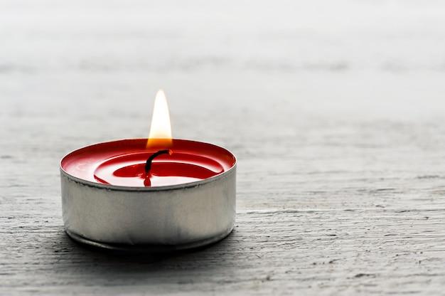 Pojedyncza świeca z czerwonym tealightem