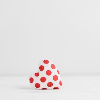 Pojedyncza wypchana zabawka w kształcie małego serca
