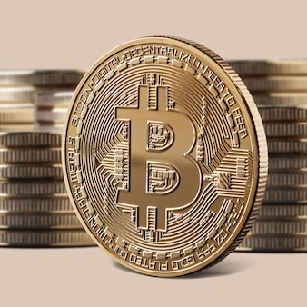 Pojedyncza złota moneta bitcoin lub ikona stojąca przed stosami monet. koncepcja kryptowaluty i blockchain,