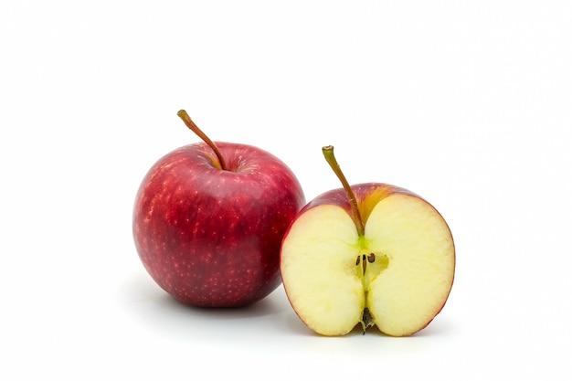 Pojedyncze czerwone jabłko w plasterkach na białym tle