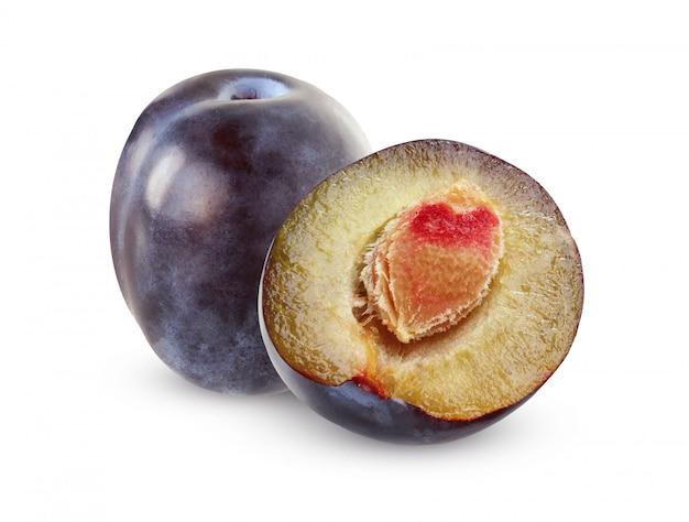 Pojedyncze fioletowe śliwki. jeden cały owoc i pół