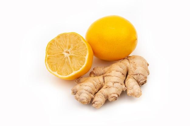 Pojedyncze kawałki imbiru i cytryny. medycyna naturalna, składniki przeciwgrypowe i przeciwwirusowe na białym tle.